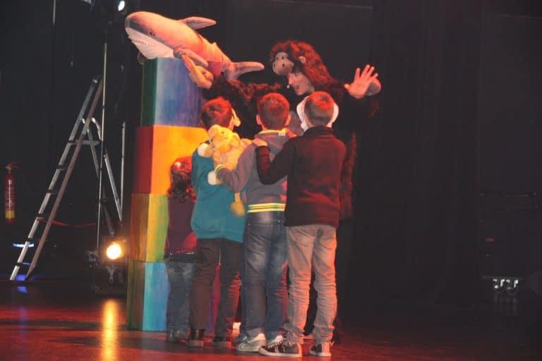les enfants préparent le spectacle
