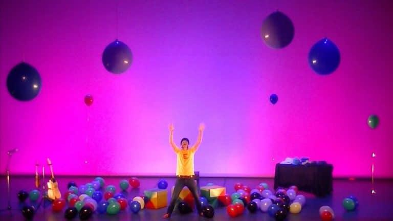 des centaines de ballons colorés